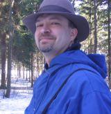 Mikko Ketola lierihattu päässä talvisessa metsässä