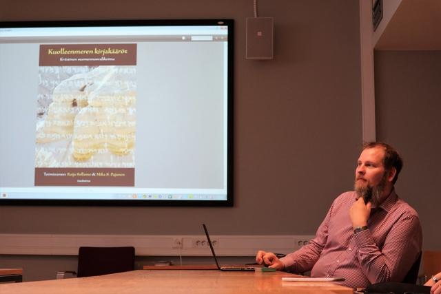 Mika Pajunen esittelemässä uutta Qumranin tekstien kokoelmaa
