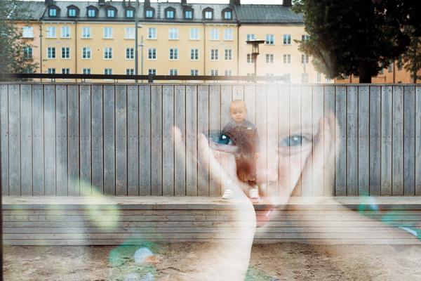 lapsen heijastus ikkunasta lapsi ulkona jens johnsson 1161018 unsplash